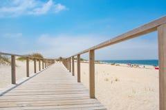 Percorso di legno con la vista dell'Oceano Atlantico fotografie stock libere da diritti