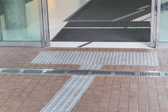 Percorso di pavimentazione tattile all'aperto del piede per Hong Kong cieco immagini stock libere da diritti