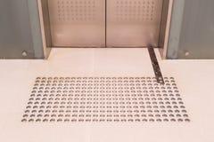 Percorso di pavimentazione tattile del piede per l'entrata cieca dell'elevatore fotografie stock libere da diritti
