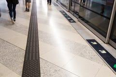 Percorso di pavimentazione tattile del piede per la stazione della metropolitana cieca fotografie stock libere da diritti