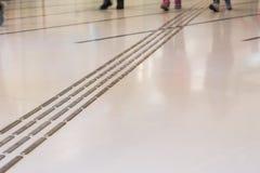 Percorso di pavimentazione tattile dell'interno del piede per i ciechi immagini stock