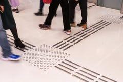Percorso di pavimentazione tattile dell'interno del piede per i ciechi fotografia stock