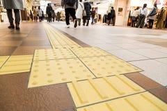 Percorso di pavimentazione tattile dell'interno del piede per i ciechi e l'handicap di visione fotografia stock