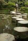 Percorso di pietra di zen in un pone vicino al santuario di Heian Fotografie Stock Libere da Diritti