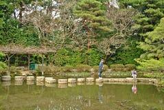 Percorso di pietra di zen in un pone vicino al santuario di Heian Immagini Stock Libere da Diritti