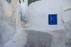 Percorso di pietra e copertura blu della finestra a Atene Immagine Stock