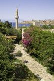Percorso di pietra fiorito alla vecchia moschea storica nel castello di Bodrum, Turchia Immagini Stock
