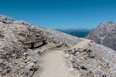 Percorso di pietra fra le montagne sterili nelle alpi italiane delle dolomia nella S Fotografia Stock Libera da Diritti