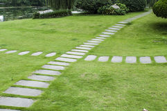 Percorso di pietra su erba Fotografia Stock Libera da Diritti