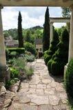 Percorso di pietra in un giardino convenzionale Fotografia Stock