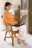 PERCORSO DI RESIDUO DELLA POTATURA MECCANICA! Donna con il computer portatile sulla presidenza Immagini Stock Libere da Diritti