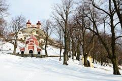 Percorso di Snowy alla chiesa centrale del calvario barrocco in Banska Stiavnica, chiesa superiore anche visibile sopra la collin Immagine Stock Libera da Diritti