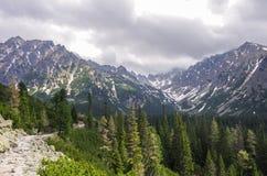 Percorso di trekking in alta valle delle montagne di Tatra vicino al picco di Rysy e Fotografie Stock Libere da Diritti