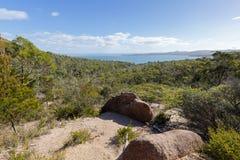 Percorso e vegetazione rocciosi lungo la traccia fino al lookou della baia del bicchiere di vino Fotografie Stock Libere da Diritti