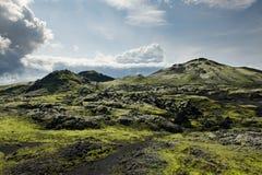 Percorso fra le rocce coperte di muschio ad area di Lakagigar, Islanda Immagine Stock Libera da Diritti