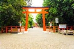 Percorso H della ghiaia dell'entrata del portone di Torii del santuario di Shimogamo Immagini Stock