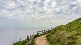 Percorso lungo che segue i litorali del mare in Irlanda immagine stock