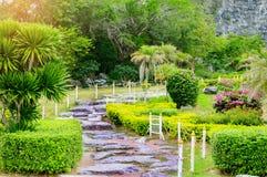 Percorso nel giardino verde del prato inglese, paesaggio del passaggio pedonale della natura fresca Fotografia Stock Libera da Diritti