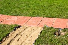 Percorso non finito della costruzione delle tegole di cemento armato rosse Immagine Stock