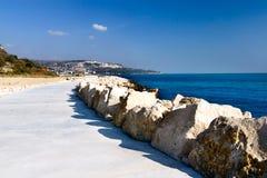 Percorso per i pedoni sulla costa di Mar Nero nella città di Balchik Fotografia Stock Libera da Diritti