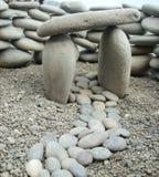 Percorso, portoni di pietra e parete composti di piccole rocce Immagine Stock