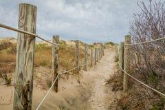 Percorso Roped alle dune di sabbia di Diamond Beach in primavera, cresta di foresta vergine, NJ immagini stock