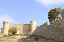 Percorso rurale al castello medievale Fotografie Stock Libere da Diritti