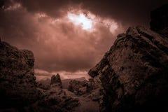 Percorso scuro in bianco e nero dell'atmosfera o in mezzo ai massi giganti immagini stock libere da diritti