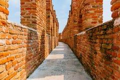 Percorso sopra le pareti medievali del castello del museo di Castelvecchio, a Verona, l'Italia fotografia stock