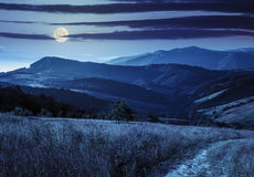 Percorso sul prato del pendio di collina in montagna alla notte Fotografia Stock Libera da Diritti