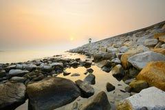 Percorso sulla spiaggia della roccia ad alba Immagini Stock Libere da Diritti