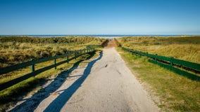 Percorso verso la riva dell'isola del Wadden di Schiermonnikoog Fotografie Stock Libere da Diritti
