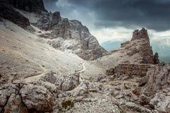 Percorso vicino ai massi giganti in un paesaggio pre- della montagna della tempesta fotografia stock libera da diritti