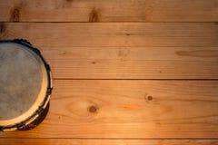 Percussion africaine de tam-tam sur une table en bois photo libre de droits