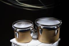 Percussion latine, vieux bongos cassés images stock
