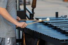 Percussionist περιθωρίου που προετοιμάζει στο vibraphone του στην πορεία στοκ φωτογραφία
