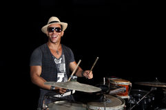 Percussionist cubano aislado en negro fotos de archivo