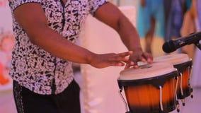 Percussionist masculino joven que juega los tambores cubanos metrajes