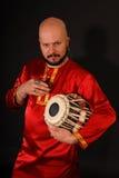 Percussionist oriental hermoso en negrilla Fotografía de archivo