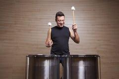 percussionist som öva med två valsar royaltyfria foton