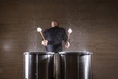 percussionist som öva med två valsar royaltyfri fotografi