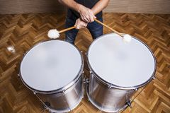 percussionist som öva med två valsar arkivfoto