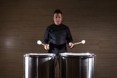 percussionist som öva med två valsar arkivbild