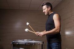 percussionist som öva med två valsar arkivfoton