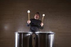 percussionist som öva med två valsar royaltyfri bild