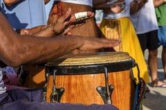 Percussionist som spelar atabaque under folk sambakapacitet royaltyfri fotografi