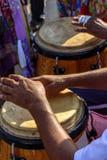 Percussionist som spelar atabaque under sambakapacitet arkivfoton