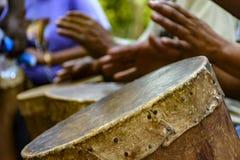 Percussionist som spelar en rudimentär atabaque royaltyfri foto