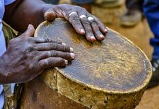 Percussionist som spelar en rudimentär atabaque arkivfoto