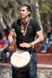 Percussionist som utomhus utför royaltyfri foto